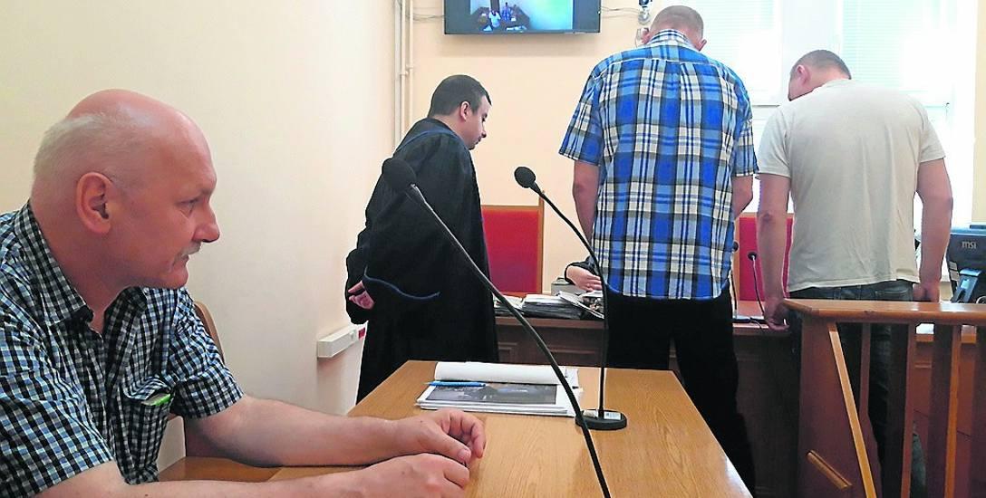 Janusz Armatys (na pierwszym planie) nie m oże się doczekać , kiedy wreszcie uda mu się rozstać z niesolidnym najemcą