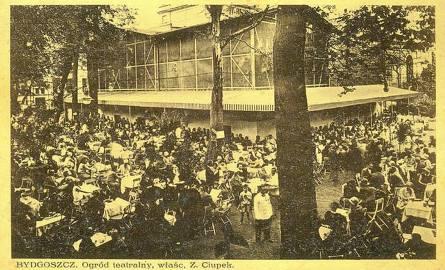 """Pocztówka przedstawiająca """"Ogrod Teatralny, właściciel Z. Ciupek"""". Chętnych na kawę przy teatrze nie brakowało."""