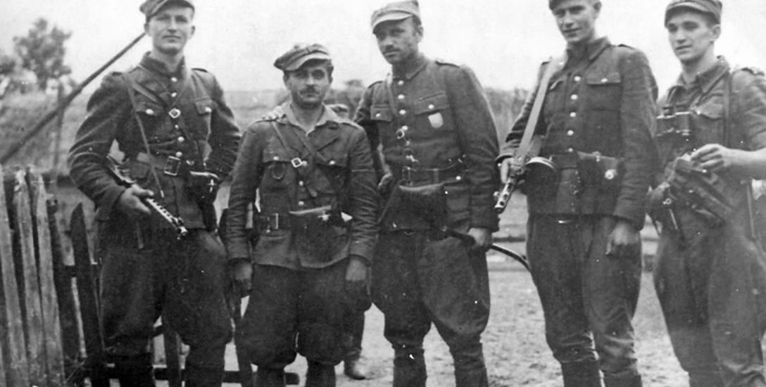 """Żolnierze 5 Wileńskiej Brygady AK, w środku mjr Zygmunt Szendzielarz """"Łupaszka"""""""