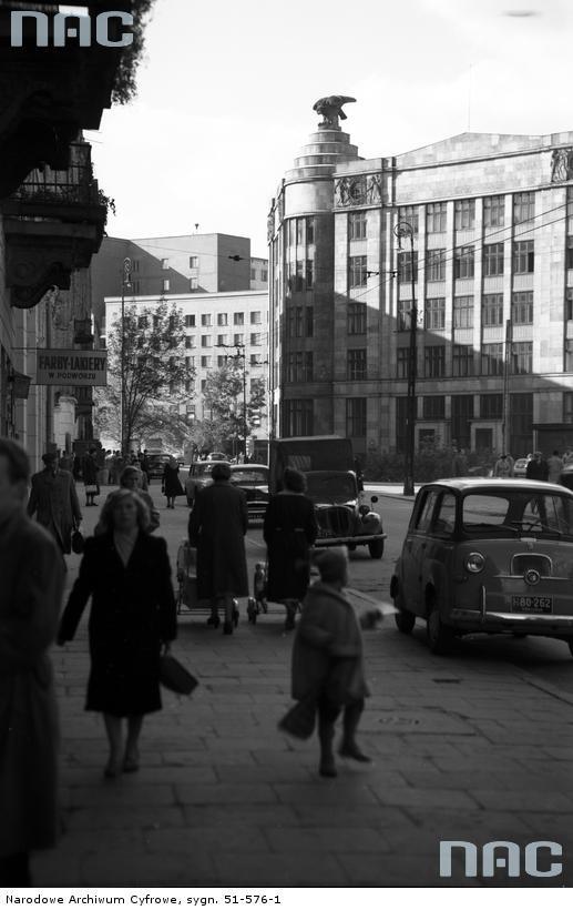 Widok ulicy Hibnera (wcześniejsza i późniejsza nazwa ulicy: Zgoda) od strony ulicy Brackiej. Z prawej widoczny fragment elewacji Domu pod Orłami