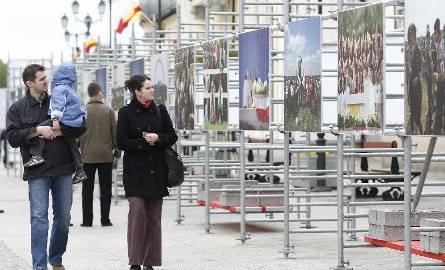 Marlena i Radosław z synkiem Konradem oglądali wystawę upamiętniającą wizytę Jana Pawła II w Białymstoku. – Wspomnienia wracają. Byliśmy wtedy na Krywlanach