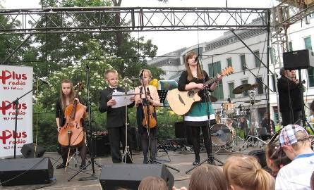 Śpiewały rodziny muzykujące- zaczęli koncert Zacheusz, Weronika, Klara  i Julka