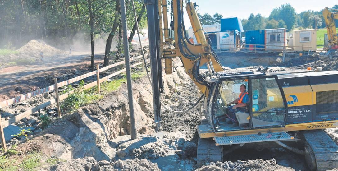 W okolicach ulicy Ziemskiej trwają prace związane ze wzmacnianiem gruntu pod budowę obiektu.