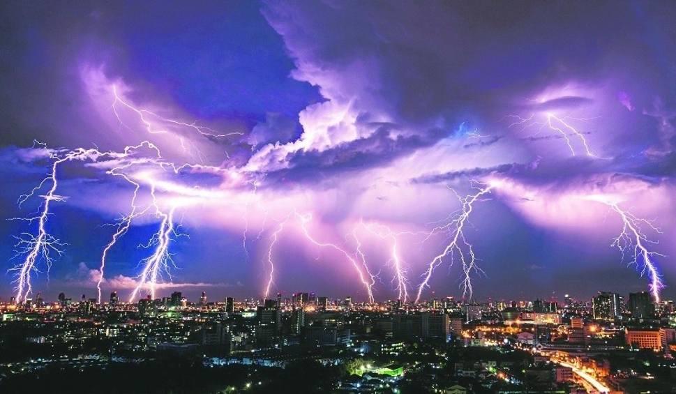 Film do artykułu: Gdzie jest burza? 12.07.2020 Kiedy będzie burza? RADAR BURZY ONLINE Sprawdź na interaktywnej mapie