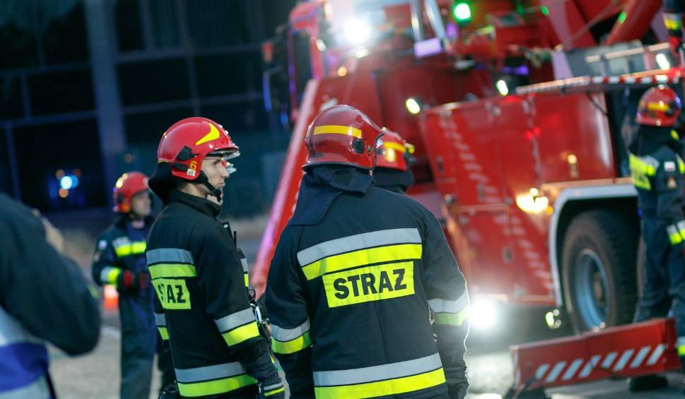 Film do artykułu: Nowy Sącz. Ogień w zakładzie Konspolu. Strażacy ewakuowali pracowników [ZDJĘCIA]