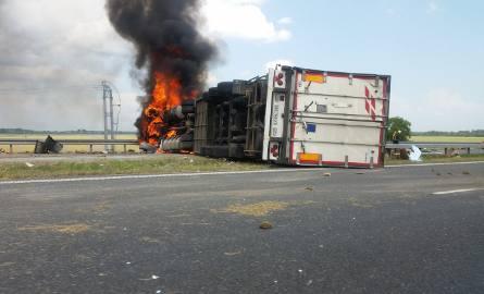 Biadoliny Szlacheckie. Karambol na autostradzie. Tir przewrócił się i spłonął [NOWE ZDJĘCIA, WIDEO]