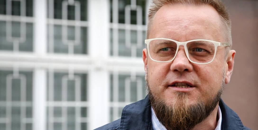 Paweł Tanajno, kandydat na prezydenta RP, przed Pomorskim Urzędem Skarbowym w Gdańsku