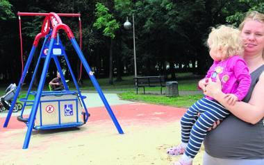 Karolina Kurek  z córeczką również bywa na tym placu zabaw, do huśtawki dla niepełnosprawnych  dzieci nie podchodzi. Wraz z mężem uważa, że zabawy na