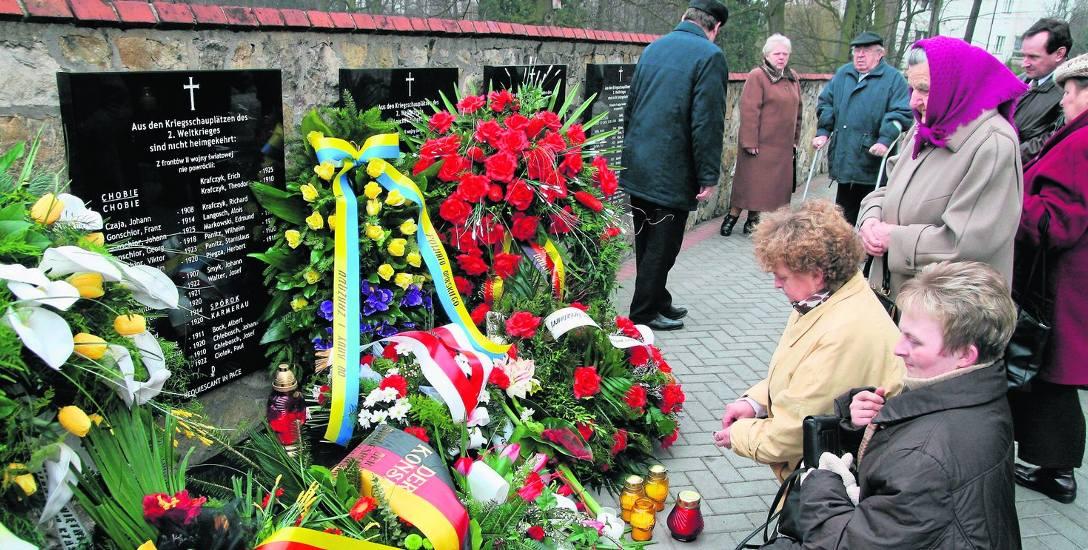 Wiosna 2009 roku. W Krasiejowie odsłonięto tablice upamiętniające mieszkańców, ofiary II wojny światowej. Ich forma była efektem kompromisu między miejscową