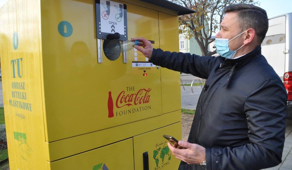 Film do artykułu: W Słubicach stanęły recyklomaty. To się opłaca! Wrzuć butelkę, a otrzymasz zniżki lub eco-gadżety!