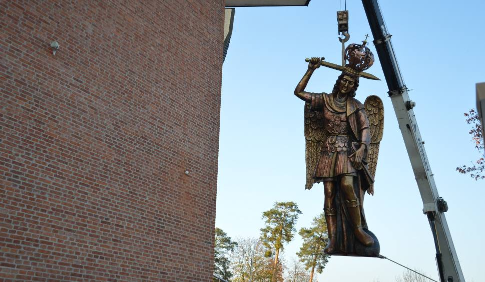 Film do artykułu: Święty Michał Archanioł wzniósł się na dach kościoła w Stalowej Woli