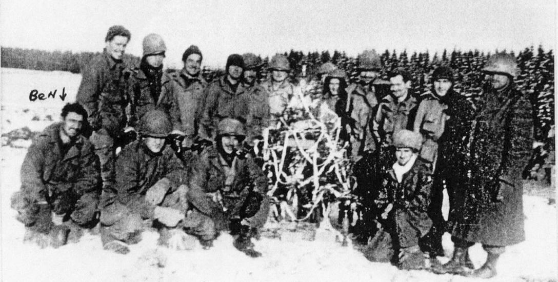 Wojna wojną, ale nawet w takiej sytuacji można było znaleźć chwilę czasu na ubranie świątecznej choinki. Według relacji historyków można było liczyć