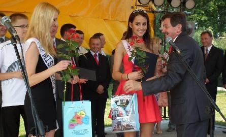 Barbara Sara – Szczypiór (z prawej) oraz Agnieszka Rutkowska deklarowały dalsze promowanie regionu. Gratulował im Waldemar Urbański, starosta zwoleński,RzwolDni