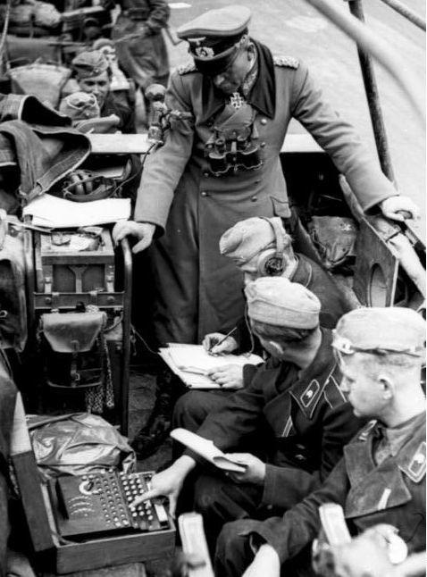 Generał Heinz Guderian i szyfranci pracujący na Enigmie podczas kampanii we Francji w 1940 roku [1]