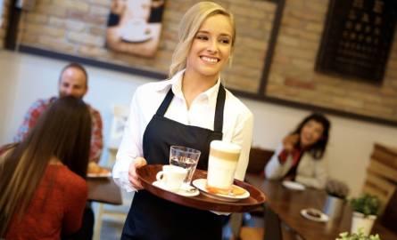 Jak informuje Barometr Zawodów na 2019, między innymi w naszym - zachodniopomorskim - województwie brakuje chętnych, aby wykonywać zawód kelnera i barmana.