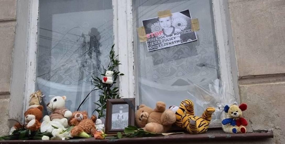 """Około 400 grudziądzan w sobotę  wzięło udział w """"Marszu dla Tomeczka"""" , 3,5-latka,  który został pobity na śmierć. Manifestacja rozpoczęła się pod więzieniem,"""