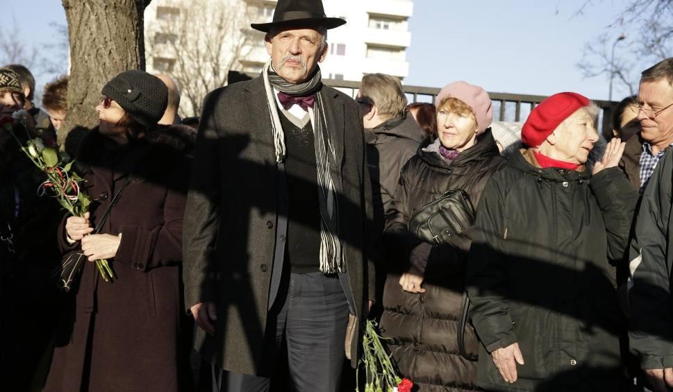 Film do artykułu: Pogrzeb Jana Olszewskiego [ZDJĘCIA] Kto był, a kogo zabrakło na uroczystościach w Warszawie? Którzy politycy żegnali byłego premiera?