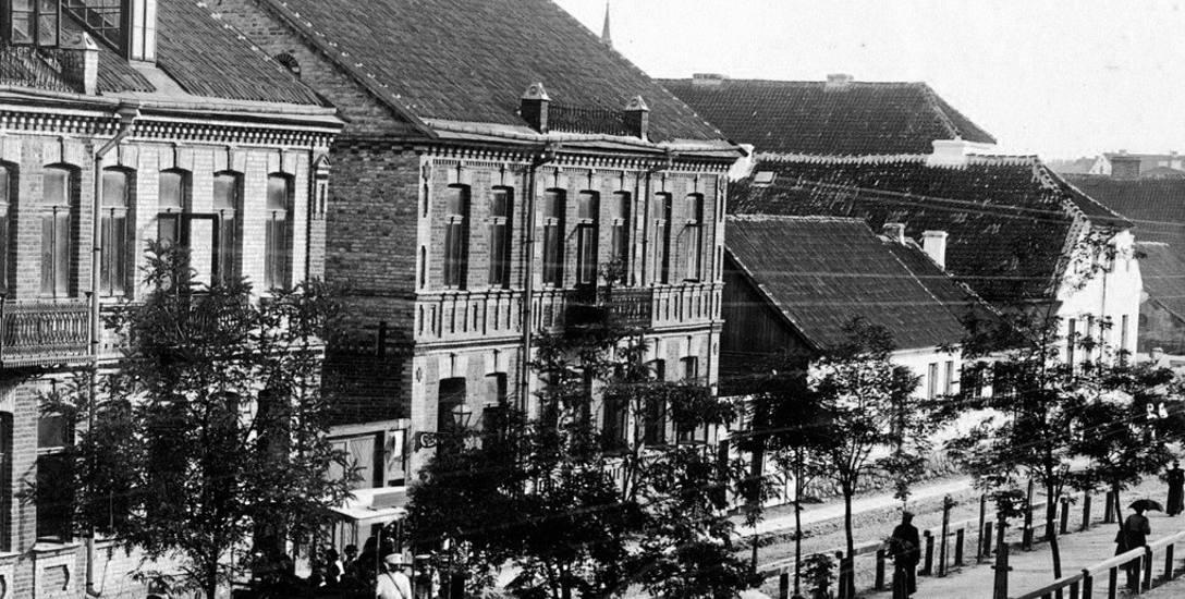 Posesje przy ul. Sienkiewicza, od ul. Warszawskiej do ul. Ogrodowej należały w XIX w. do rodzin Sempigni, Daszkiewiczów, Zende i Baraszów.