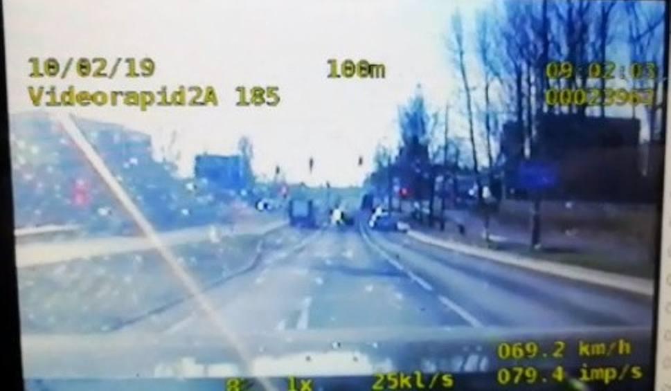 Film do artykułu: Bielsko-Biała: Dziecko traciło przytomność. Policjanci pilotowali samochód do szpitala WIDEO