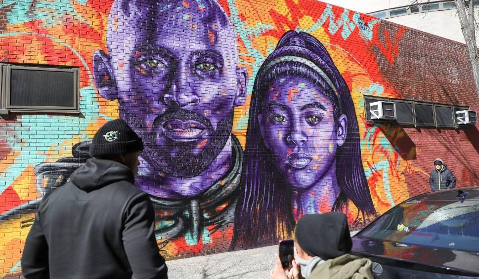 Film do artykułu: Artysta z Kalifornii stworzył mural z wizerunkiem Kobego Bryanta. Zbliża się rocznica tragicznej śmierci wybitnego koszykarza