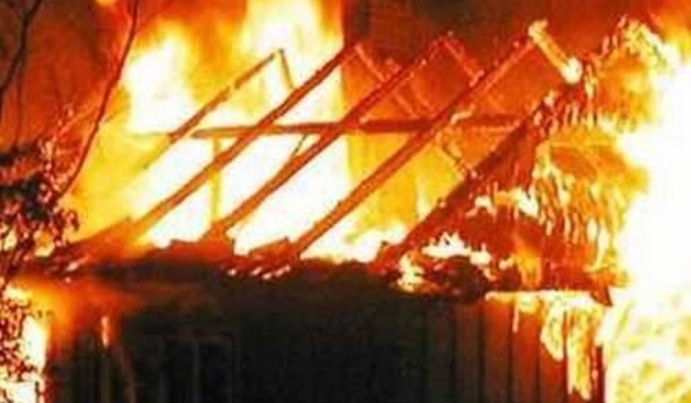 Film do artykułu: Pożar drewnianiego domu w centrum Skarżyska-Kamiennej. Trzy kobiety z ranne