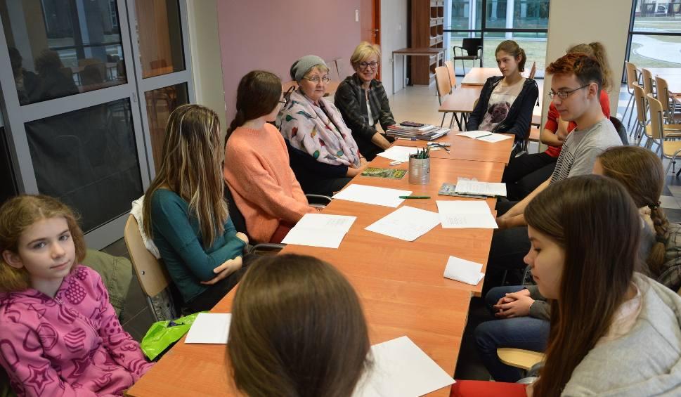 Film do artykułu: Warsztaty literackie w bibliotece w Stalowej Woli. Dyskretnie towarzyszą młodym poetom
