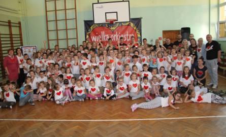 """Uczniowie tarnobrzeskiej """"czwórki"""" bili rekord, ucząc się udzielania pierwszej pomocy (zdjęcia)"""