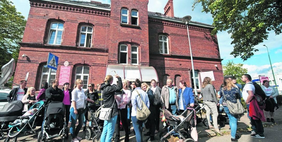 Protest antyszczepionkowców podczas rozprawy w sądzie w Białogardzie. Sąd zadecydował wtedy o cofnięciu kuratora dla dziecka i zaniechaniu dlaczego ograniczania