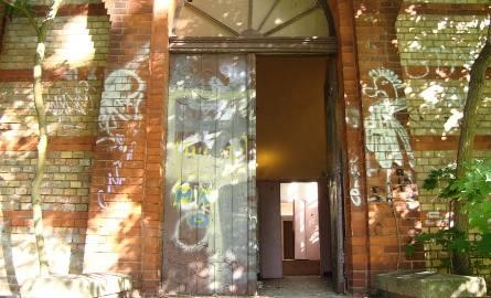 Wejście do budynku stoi otworem
