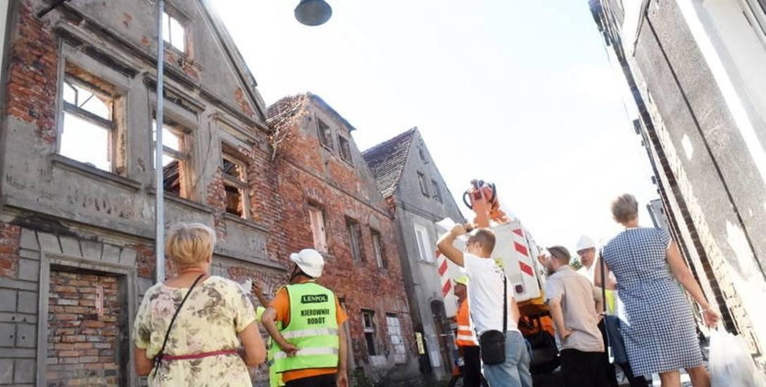 Rozbiórka kamienic na ul. Sowińskiego wzbudziła duże zainteresowanie wśród przechodniów.