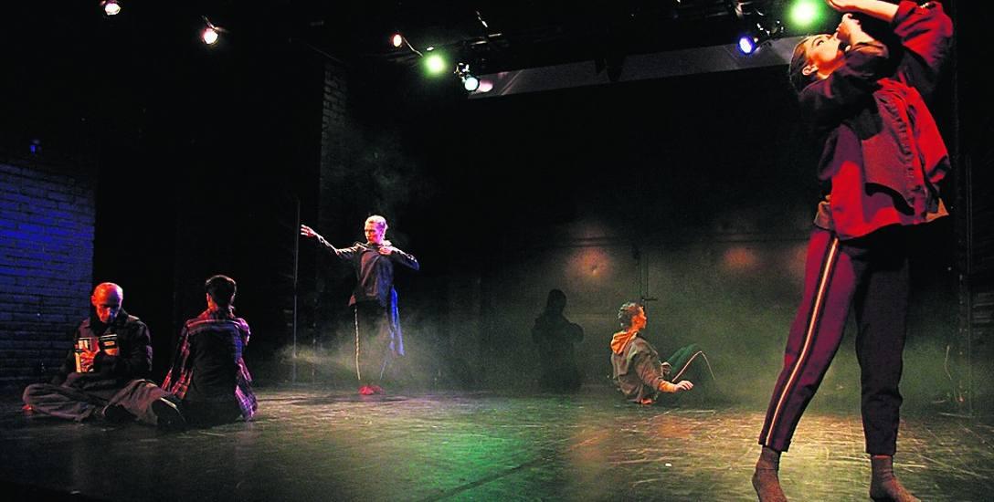 Sopocki zespół wykonuje pełen ekspresji taniec memento