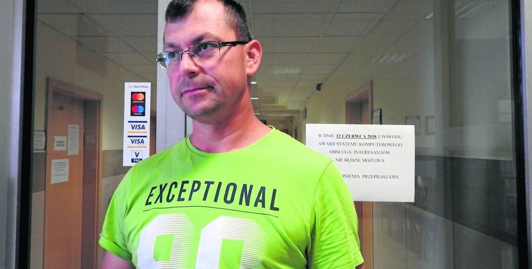 Piotr Puczyński przyszedł wczoraj do magistratu. - Chciałem zarejestrować auto. Nic z tego - mówi. Zaraz dodaje: - Awarie się zdarzają. Trzeba będzie