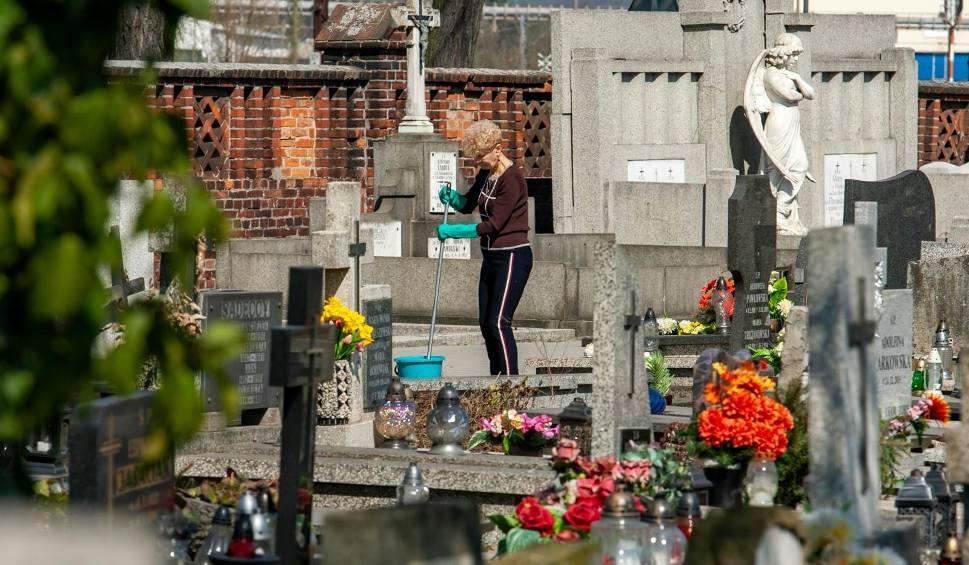 Film do artykułu: Koronawirus. Czy można iść na cmentarz przed Wielkanocą i zapalić znicz? Cmentarze są otwarte czy zamknięte?