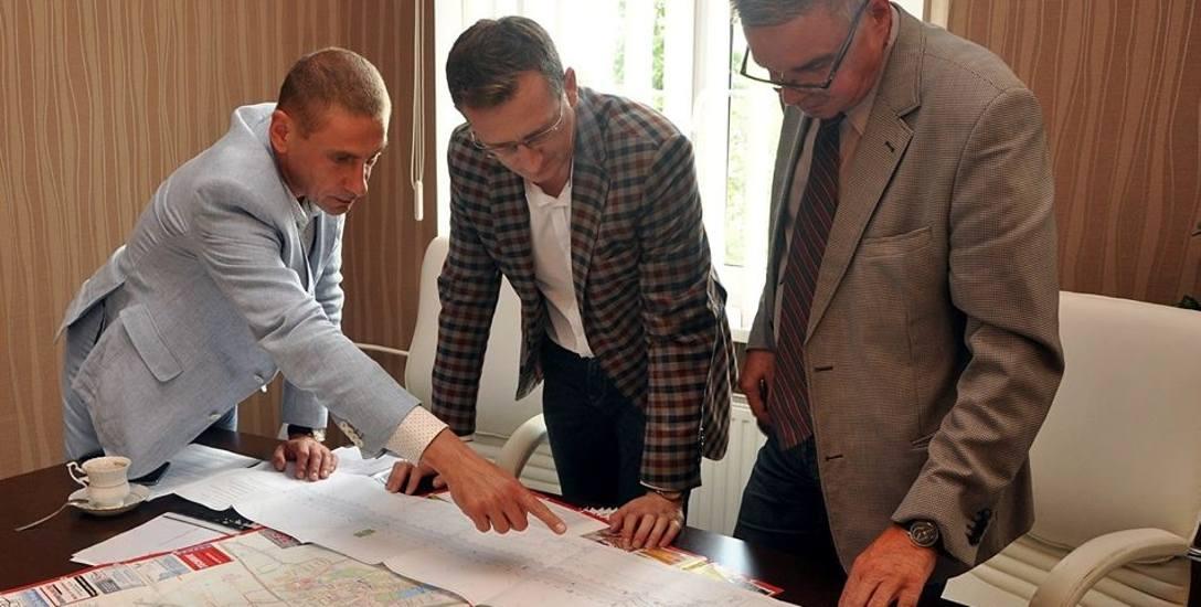 Burmistrz Leszek Duszyński spotkał się z wicemarszałkiem D. Kurzawą ( w środku) i Mirosławem Kielnikiem (z prawej).