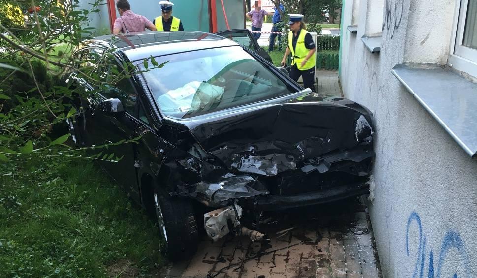 Film do artykułu: Wypadek w Sandomierzu. Groźne zderzenie na skrzyżowaniu, samochód uderzył w blok