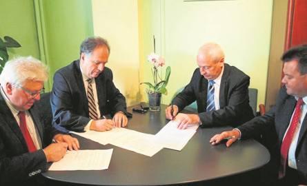Burmistrz Janusz Majcher (drugi z lewej) podpisuje z wójtami podhalańskich gmin umowę powołującą spółkę PKG. Później odsprzedał jednak 98 procent udziałów