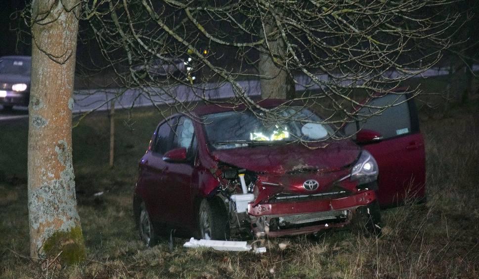 Film do artykułu: Kierowca toyoty wylądował w rowie. Przestraszył się koła z ciężarówki? (wideo,zdjęcia)