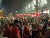 Około 1 w nocy pod stadionem Widzewa zebrało się blisko dwa tysiące kibiców. Podziękowali oni piłkarzom za wywalczenie awansu do II ligi.