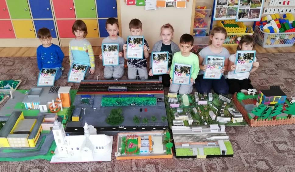 Film do artykułu: Przedszkolaki w ramach zabawy plastycznej zrobiły makietę Włoszczowy