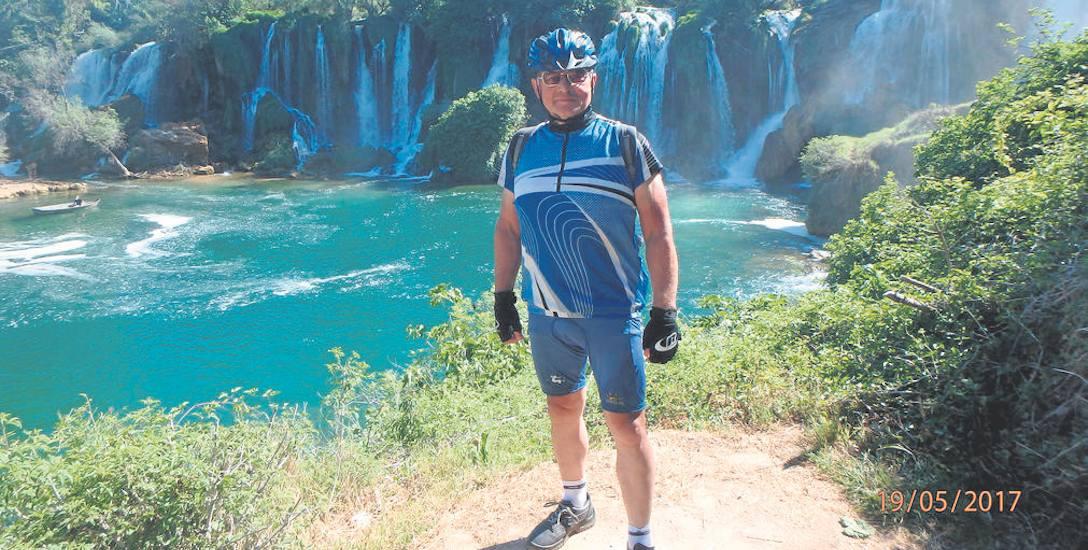 Prawie zawsze znalazł się ktoś, kto w pięknych miejscach zrobił mu pamiątkowe zdjęcie. Tu na tle  wodospadów Kravica w Bośni i Hercegowinie.