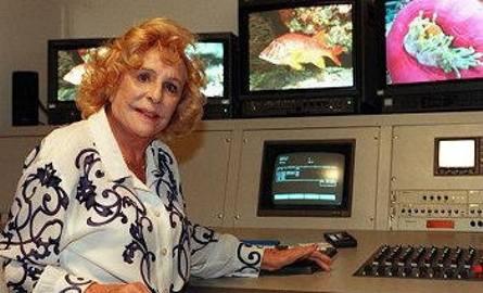 Żyła 101 lat. Pracowała niemal do końca. Tu - przy montażu swoich podwodnych filmów.