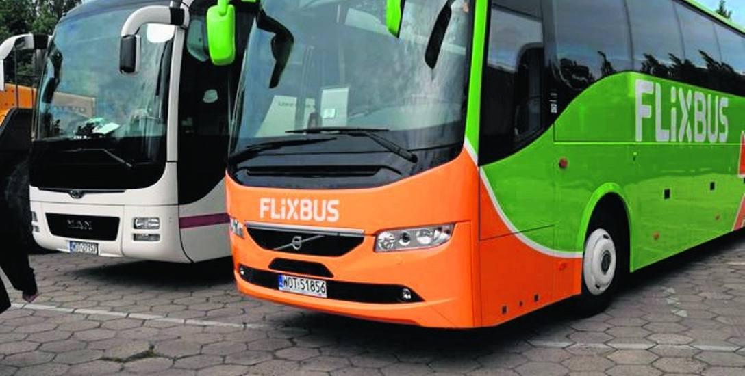 Autobusy - w barwach innych firm - wyleasingowane przez PKS Szczecinek, aby jeździły na liniach zagranicznych