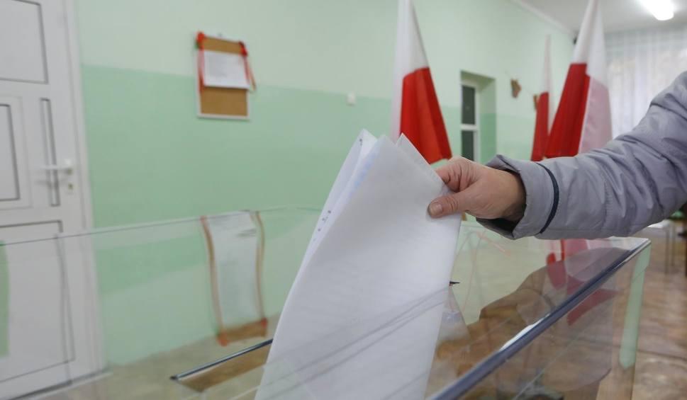 Film do artykułu: Zachodniopomorskie: Łamanie ciszy wyborczej. Wystawiano mandaty