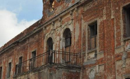SUCHA DOLNA Zbudowany w 1681 r. na miejscu dworu obronnego. U progu XIX wieku barokowy pałac został przebudowany w stylu klasycystycznym. Wówczas także