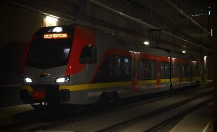 Przejazd ze stacji Łódź Widzew na dworzec Łódź Fabryczna zajmuje pociągiem 7 minut. Tramwaj linii 9 pokonuje tę trasę w 21 minut