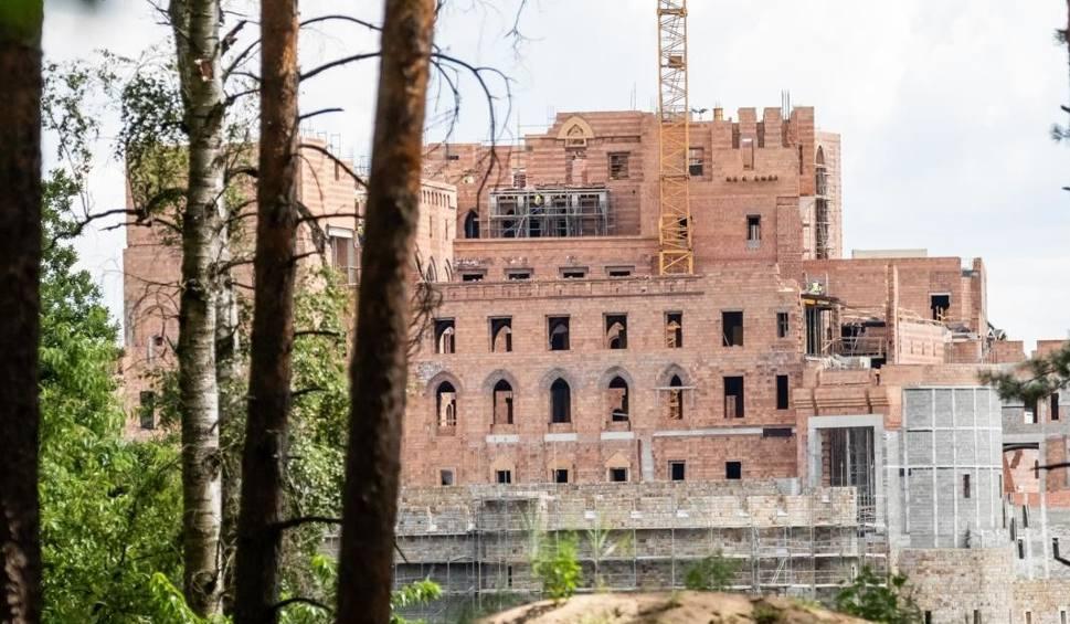 Film do artykułu: Zamek w Stobnicy: Ministerstwo Środowiska skontrolowało budowę w Puszczy Noteckiej. Czy obiekt zostanie zburzony?
