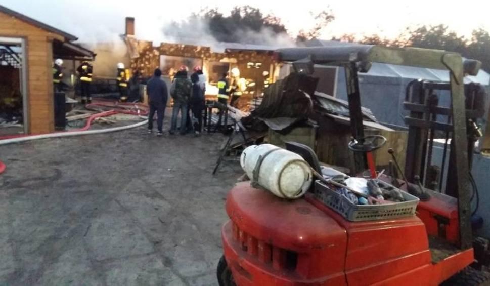 Film do artykułu: Pożar w zakładzie stolarskim w Brzezinach. Z ogniem walczyło 34 strażaków [ZDJĘCIA]