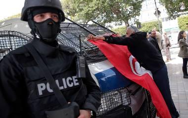 Zamach w Tunezji: Eksplozja w autobusie wojskowym. Zginęło 14 osób, 11 jest rannych