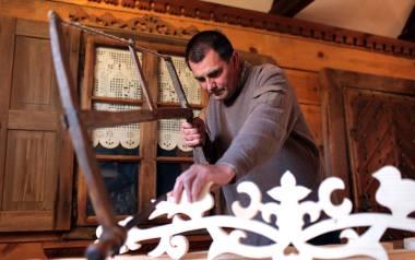 W jego mistrzowskich rękach drewno dostaje nowe życie