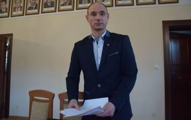 - Jesteśmy u progu sezonu grzewczego, trzeba zająć się tym tematem - mówi radny Marcin Urbanowski, zawodowy strażak